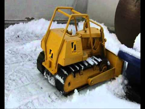 tonka bulldozer und zil 130 RC snow plow.wmv