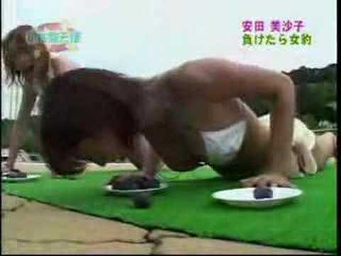 安田美沙子がビキニ水着で胸チラ