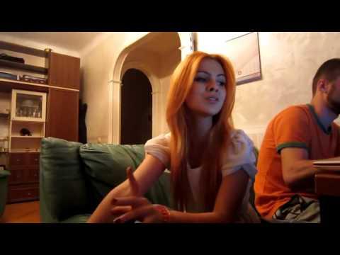 Девчонка шикарно исполняет пока ее парень сидит за компьютером