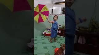 Bé múa dù