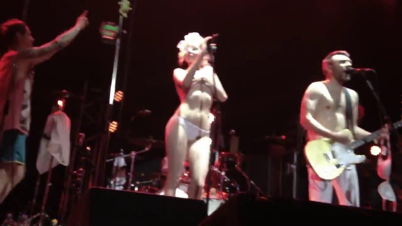 Шнуров голый на концерте