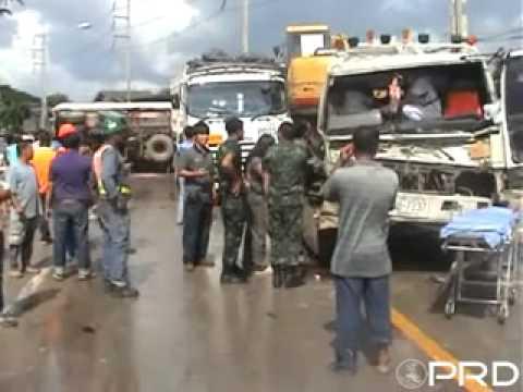เกิดอุบัติเหตุรถพ่วง 18 ล้อ ชนรถบรรทุกแบ๊กโฮที่ จ.ลำปาง