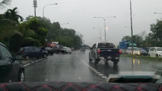 Hujan lebat - jalan jem di traffic light Sepanggar