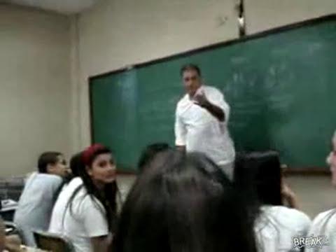 Profesor rompe el celular de alumna