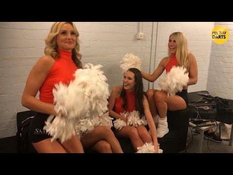 PDC-cheerleaders gaan lekker op Bizzey, Hardwell, Lil' Kleine & Chivv  | RTL 7 DARTS: PREMIER LEAGUE