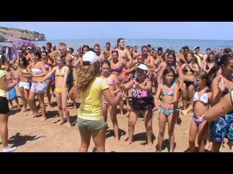 Baia di Manaccora 2010 – Balli di gruppo in spiaggia – Mani al cielo