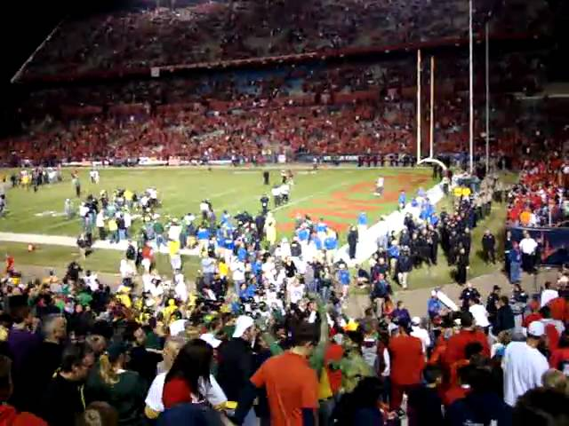 Jerk Arizona Wildcat fans shower Oregon Duck players &amp; fans with garbage 11-21-09
