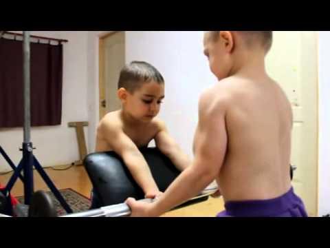 El niño más fuerte del mundo, Haciendo Rutina de ejercicios en casa