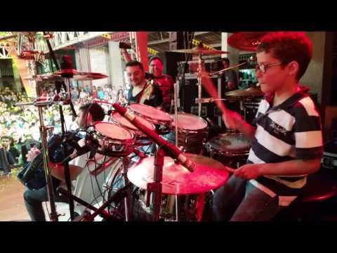 Garoto Davi tocando com a Banda Som e Louvor