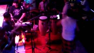 Grupo Entonados tocando rock.