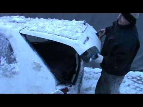 完全に氷で覆われてしまいドアの開かない車にいち早く乗り込む方法!