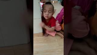 Chú bé ngủ gật bị cô troll mẹ đón, tỉnh như sóc