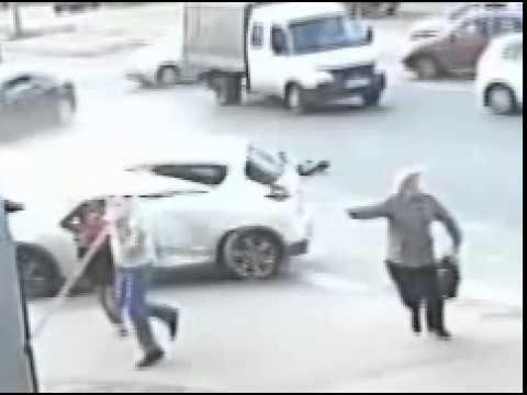 В Дзержинске Nissan вылетел на тротуар, на котором стояли три человека