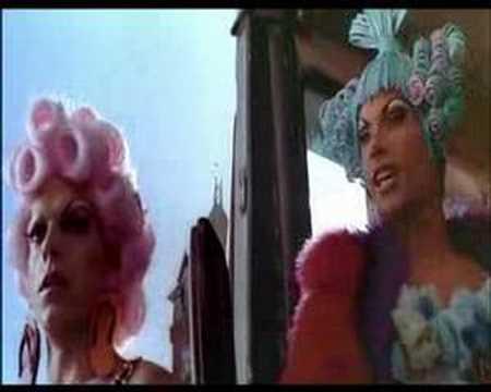 Priscila reina del desierto trailer youtube for Aida piscina reina del desierto