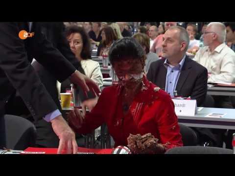 Wagenknecht mit Torte beworfen