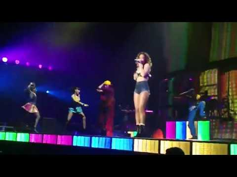 Rihanna Runs Off Stage To Throw Up