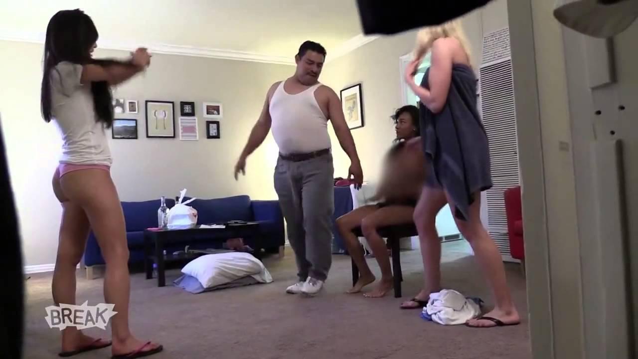 Peluche chanceuse avec trois filles sexy - lesdebilescom