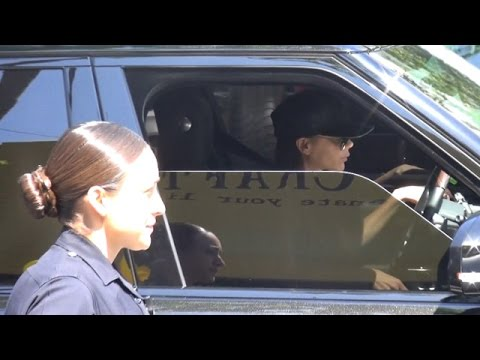 X17 EXCLUSIVE - Police Ask Victoria Beckham To Move Her Car!