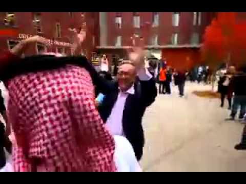 سعوديين يرقصون مدير جامعة امريكي