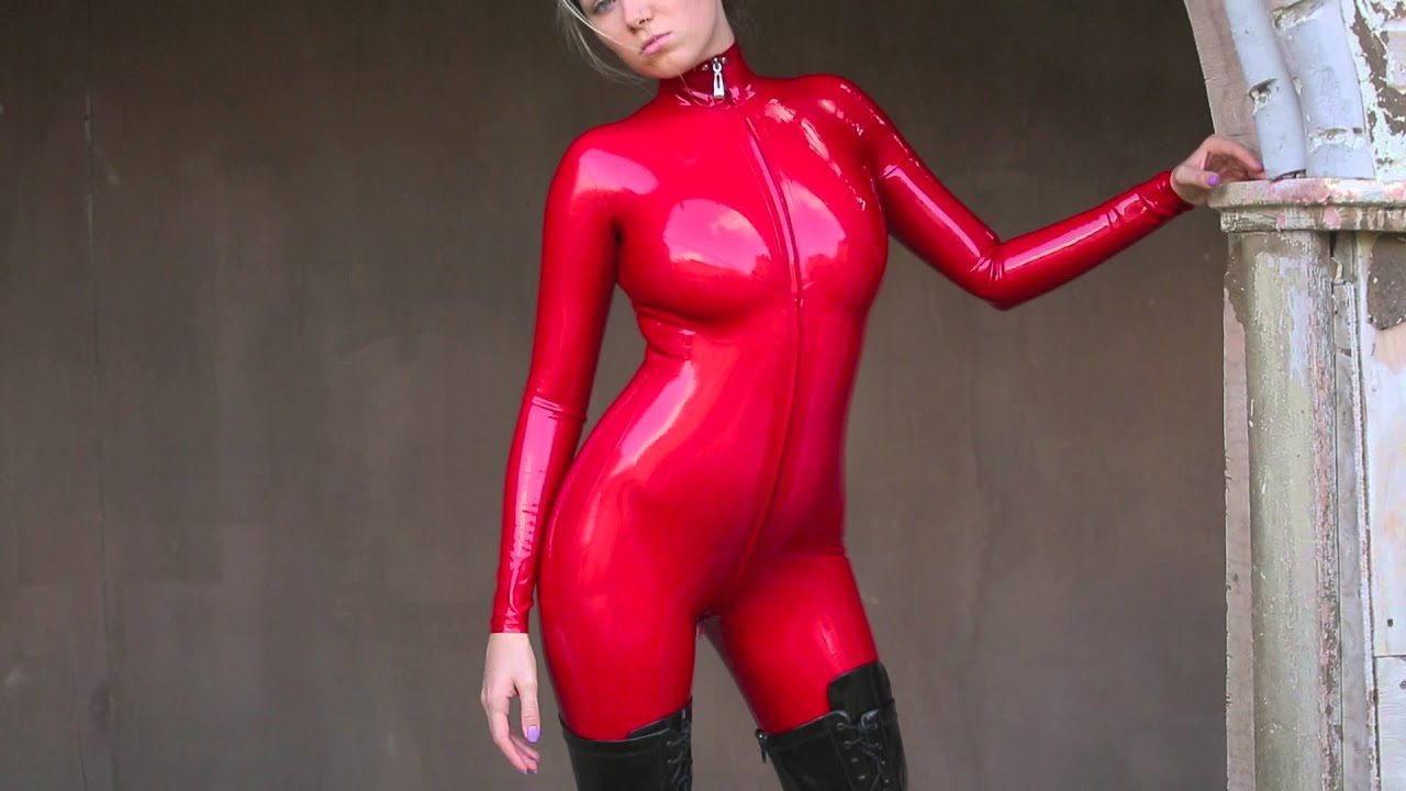 BDSM enthusiast Latex Lucy toying MILF pussy in fetish clothing and hood № 959435 бесплатно