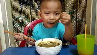 Em bé ăn bún bò cay