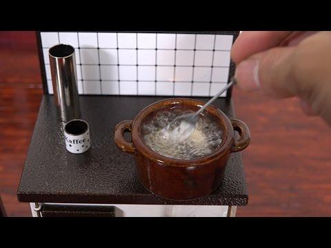 Mini Food deep-frid chiken 春巻きの皮のお皿と鳥の唐揚げ