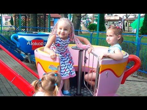 Дети играют в парке развлечений для детей с друзьями Алина Алиса и Юляшка весело проводят время