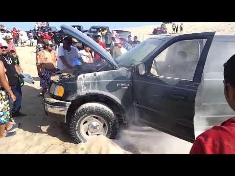 una troca quemandose en la playa costa azul