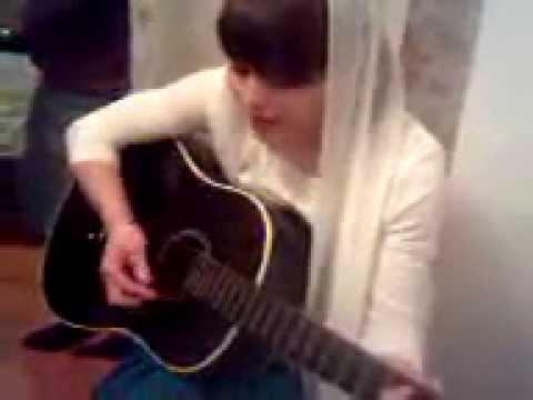 чеченская невеста очень красиво поет под гитару..