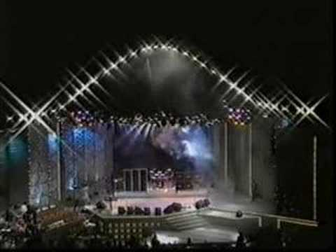 Faith No More - Mike Patton receives a Symbol...(Chile 1991)