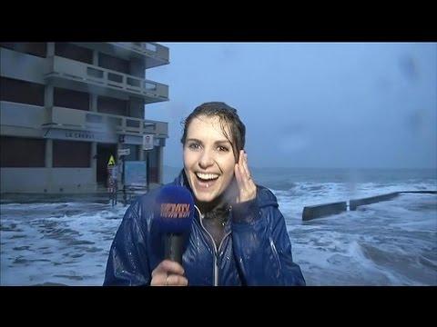 Mientras informaba sobre el clima se la llevó una ola gigante
