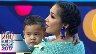 Download Lagu Gempi dan Rafathar Sama Sama Udah Jago Nyanyi  - Mom & Kids Awards 2017 (13/12) Gratis STAFABAND