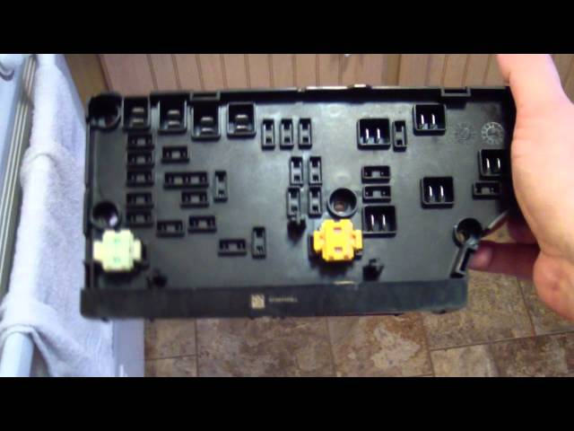 2007 Dodge Caliber TIPM inspection - look at the guts ...