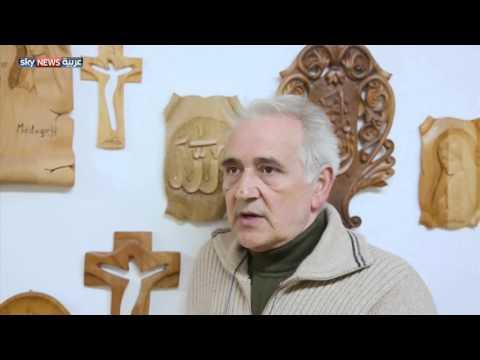 عائلة بوسنية تنحت كرسيا للبابا