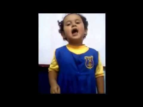 Niña pequeña cantando usted es un mal hombre