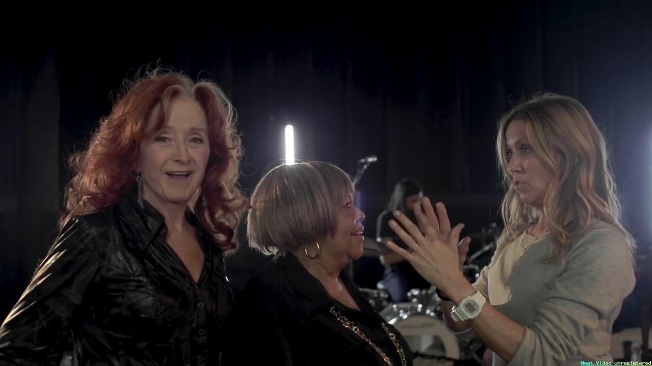 "Sheryl Crow - 新曲 Bonnie RaittとMavis Staplesをフィーチャした""Live Wire""のリハーサル映像を公開 thm Music info Clip"