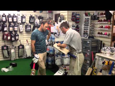 Rob talks bats with Aaron Redmond... (Otago & New Zealand Test Player) - www.robertpackcricket.co.uk