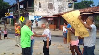Protesto dos moradores Vila Verde contra o cancelamento de seus prontuários da Saúde de Búzios