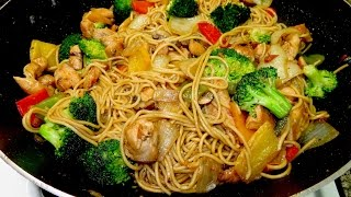 Chow Mein con pollo y brocoli. Comida China