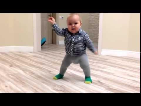 Смешной малыш  7месяцев встает на ножки впервые детям можно