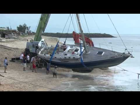 Watch Between a rock and a hard place: sailing boat crash...