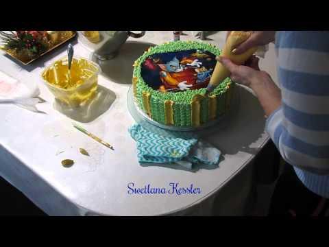 Оформление торта кремом и сахарной картинкой.