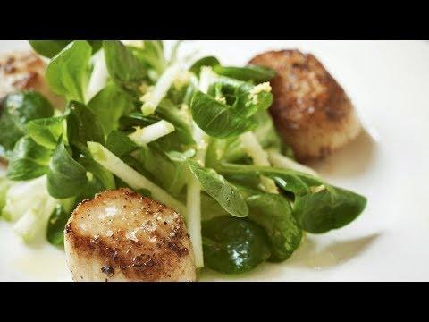 Жареные гребешки с хрустящим яблочным салатом от Гордона Рамзи