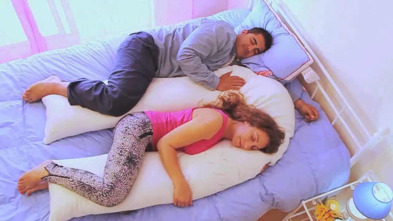 Как спать на подушке для беременных u 93