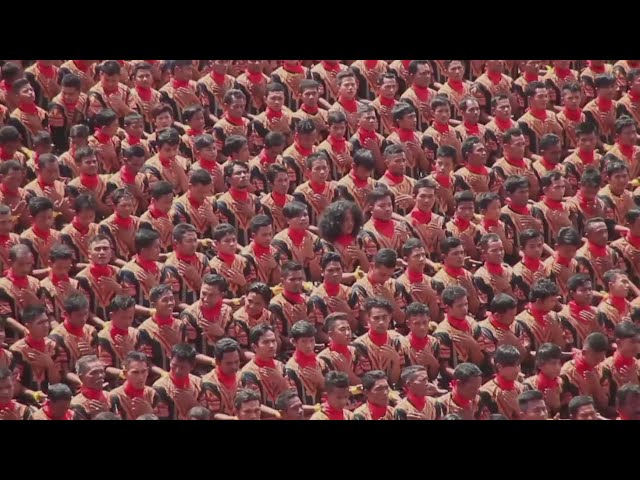 Ten thousand Indonesian men perform incredible dance