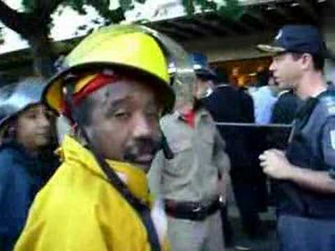 Princípio de incêndio em torre de ar condicionado força evacuação de prédio na Praia de Botafogo, nº 300, no Rio de Janeiro. Imagens da aglomeração em frente ao Centro Empresarial...