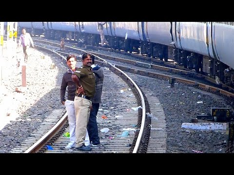 RAILWAY COP CATCHES VENDORS for iLLEGAL CHAIN PULLING !