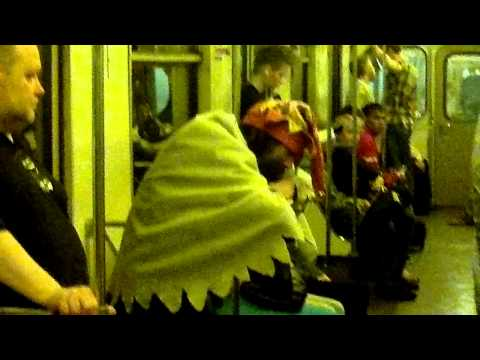 Настоящий шут в московском метро.mp4