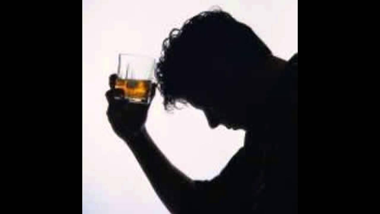 Las gotas kolme de la borrachera sin conocimiento del enfermo