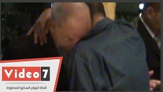7بالفيديو.. بكاء أحمد بدير فى أحضان شقيق الراحل خليل مرسى